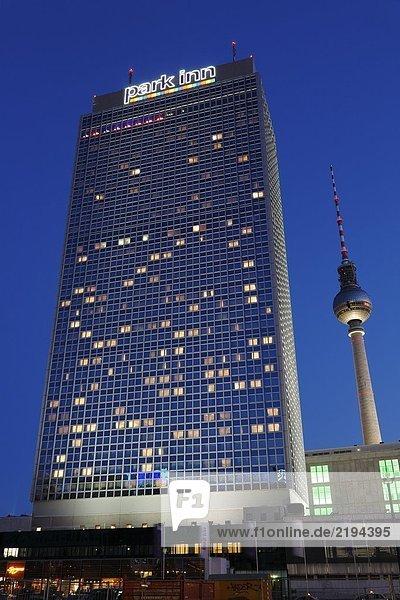 Tower Hotel und Kommunikation beleuchtet nachts  Hotel Park Inn  Alexanderplatz  Berlin  Deutschland
