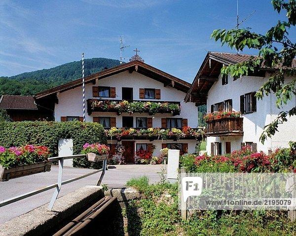 Holzzaun Gebäude Balkon Storchschnäbel Bayern Deutschland Oberbayern