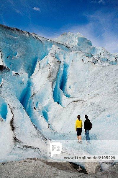 Zwei Frauen im Jostedalsbreen-Gletscher (Nigardsbreen). Sogn Og Fjordane. Norwegen.