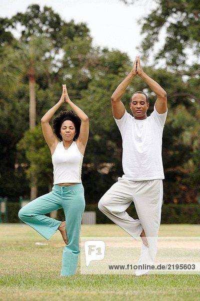 Paar zusammen tun yoga