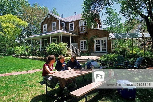 Family enjoying Snacks auf Rasen Tisch  Sonnenblume Hill Bed & Breakfast Inn Moab  Utah  USA