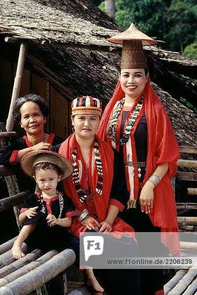 Eine Dayak Bidayuh Familie  Sarawak  Malaysia.