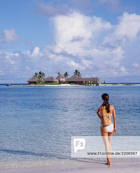 Malediven  Frau am Strand