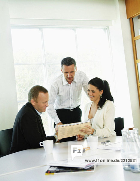 Drei Personen im Büro
