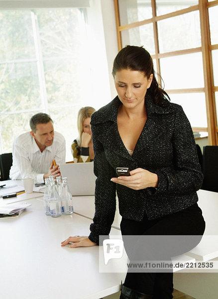 Frau bei der Arbeit mit dem Handy