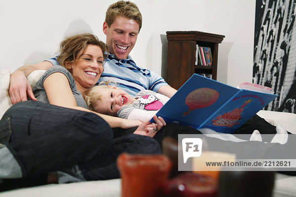 Familie liest Märchen