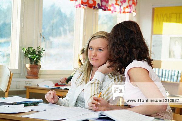 Flüsternde Klassenkameraden