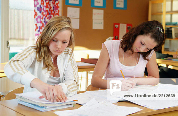 Zwei Mädchen im Klassenzimmer
