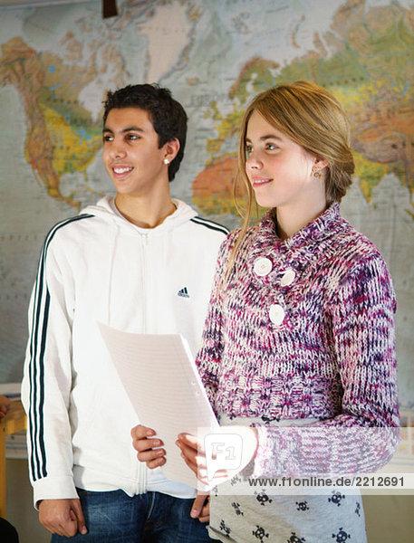 Junge und Mädchen bei einer Präsentation