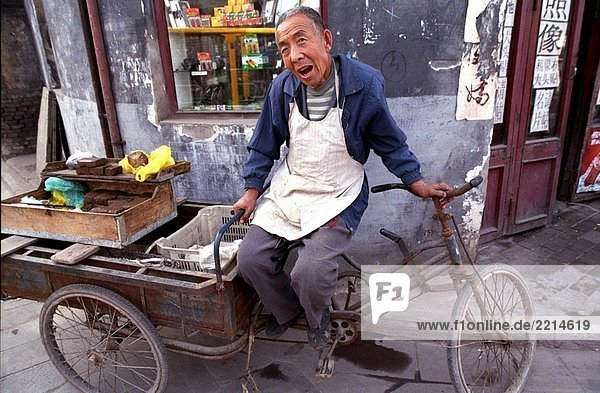 Ein Mann liegt in einer kleinen Straße in die alte Stadt von Ping Yao. Shanxi  China