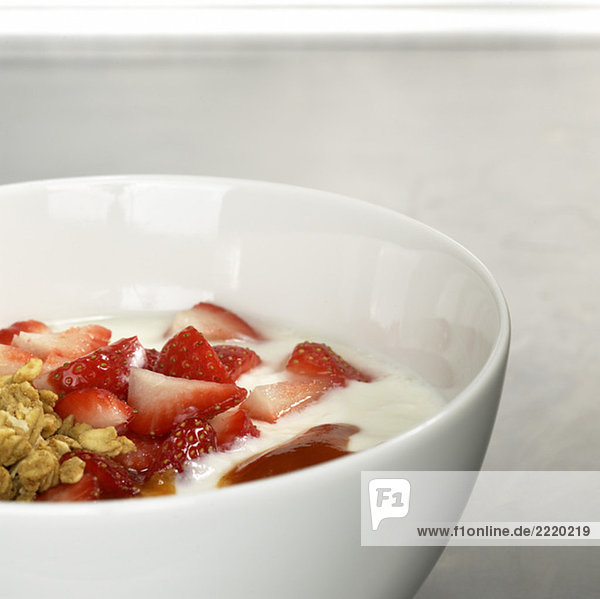 Müsli mit Joghurt und frischen Erdbeerenscheiben  Nahaufnahme