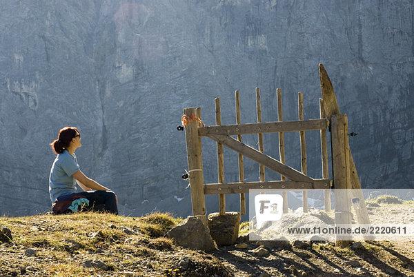 Eine Wanderin genießt den Blick von Laliderer Wänder aus.