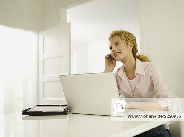 Junge Frau mit Handy  lächelnd