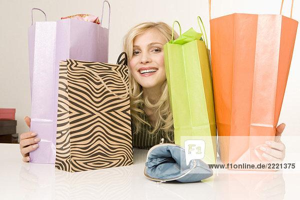 Blonde Frau mit Einkaufstaschen  Portrait Blonde Frau mit Einkaufstaschen, Portrait