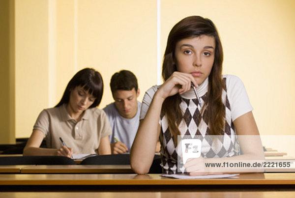 Porträt von versonnen weiblich Student in Schule-seminar