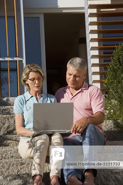 sitzend Computer Notebook Wohnhaus frontal reifer Erwachsene reife Erwachsene