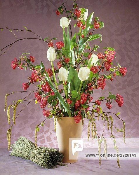 Strauß mit Tulpen und Blutjohannisbeere