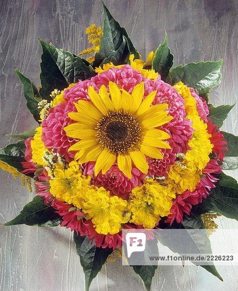 Strauß mit Sonnenblume   Dahlien   Studentenblumen und Sommerastern