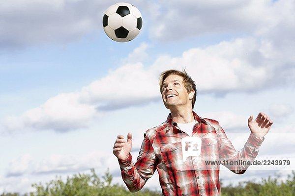 Außenaufnahme Mann Fußball Ball Spielzeug freie Natur