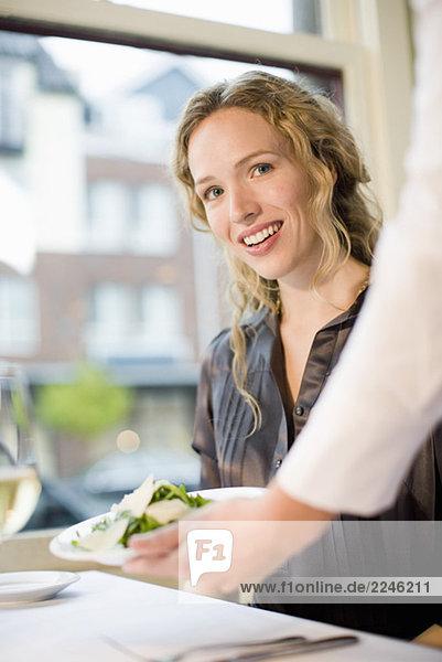 Frau wird serviert im restaurant