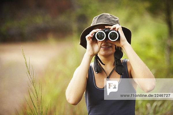 Frau auf der Suche durch Ferngläser