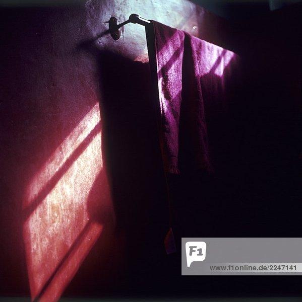 Violettes Handtuch an Handtuchstange