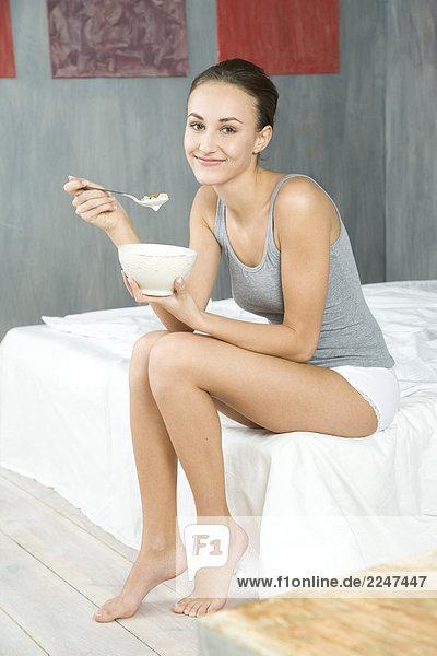 junge Frau Essen Müsli