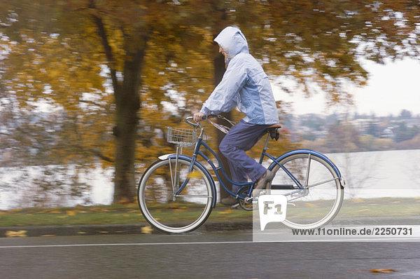 Frau stehend auf Pfad mit Fahrrad