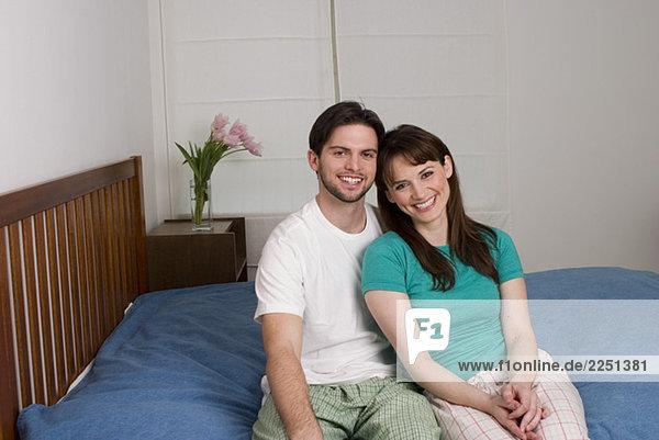 Paar sitzen auf dem Bett