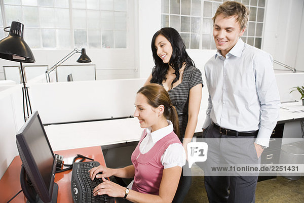 Junge Firmen betrachten computer