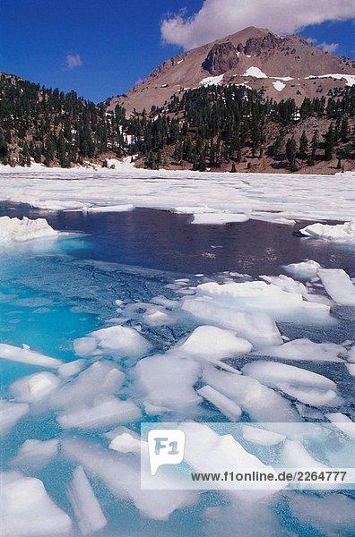 Lake Helen Auftauen im Sommer unter Lassen Peak  Lassen Volcanic National Park. Kalifornien  USA Lake Helen Auftauen im Sommer unter Lassen Peak, Lassen Volcanic National Park. Kalifornien, USA