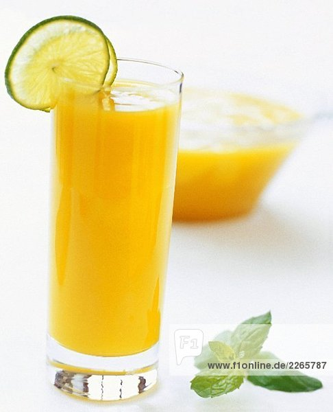 Orangensaft mit Limettenscheiben garniert