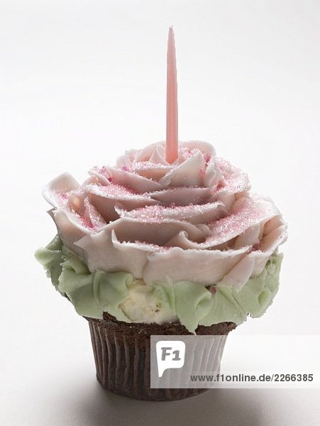 Ein Cupcake mit einer Kerze