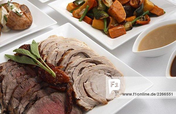 Roast Beef und Schweinebraten in Scheiben und Beilage