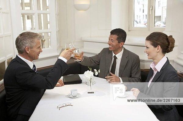 Drei Geschäftsleute nach erfolgreichem Tag