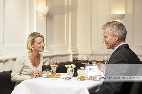 Mann und Frau beim Essen in einem Restaurant
