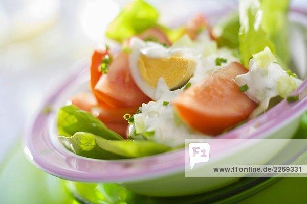 Kopfsalat mit Ei  Tomaten und Joghurtdressing