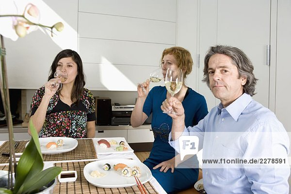 Drei Freunde beim gemeinsamen Abendessen