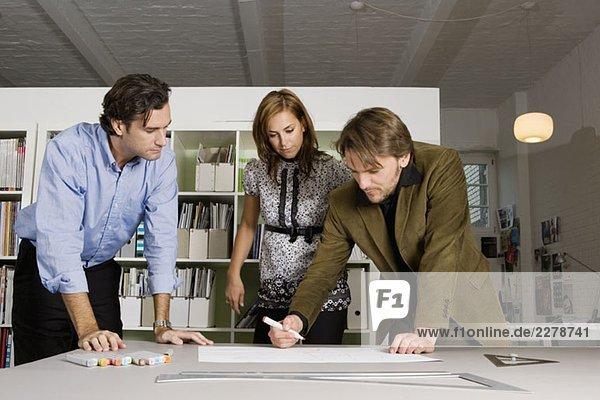 Brainstorming für drei Personen in einem Büro