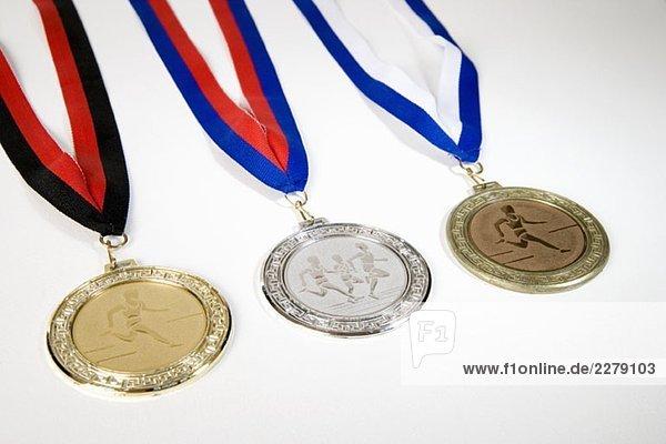 Studioaufnahme einer Goldmedaille  Silbermedaille und Bronzemedaille