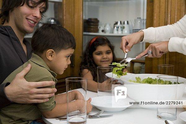 Eine Familie beim gemeinsamen Abendessen