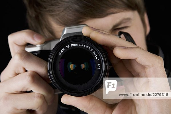 Ein Mann  der ein Foto macht.