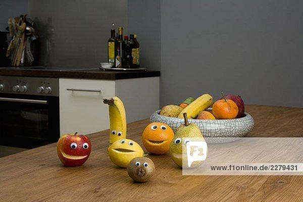 Obst mit Smiley-Gesichtern auf dem Küchentisch