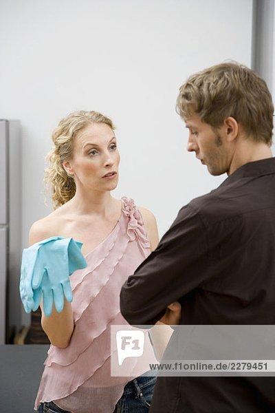 Ein Paar streitet sich über Hausarbeiten.
