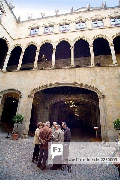 Besucher. Gotic Galerie. Ajuntament de Barcelona. (Rathaus). Catalonia. Spanien.