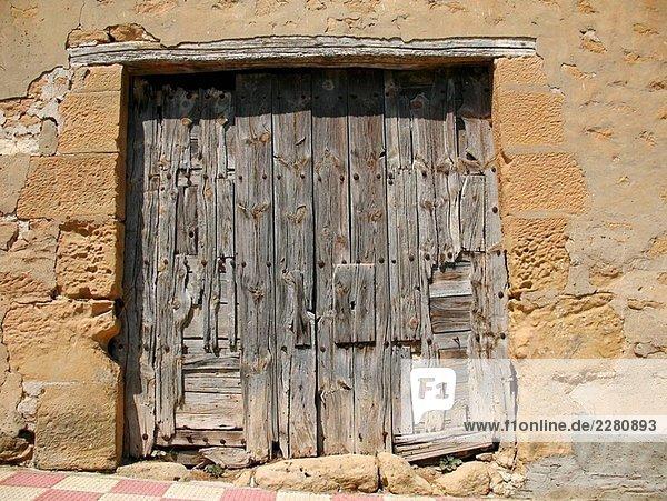 Wohnhaus Stadt Aragonien alt Spanien Holztür