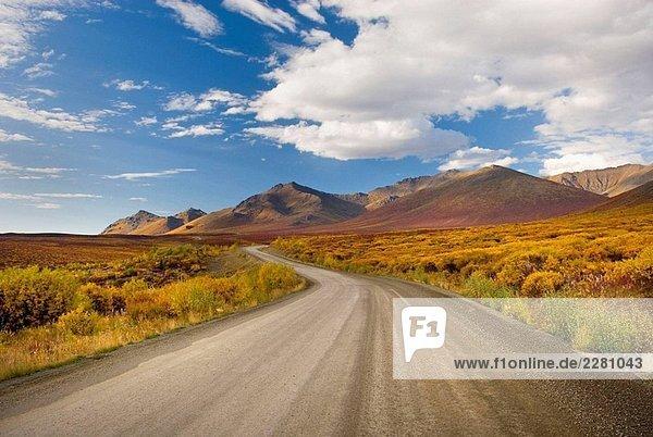 Der Dempster Highway Wicklung seinen Weg durch die Ogilvie Mountains  Tombstone Territorial Park  Yukon  Kanada Der Dempster Highway Wicklung seinen Weg durch die Ogilvie Mountains, Tombstone Territorial Park, Yukon, Kanada