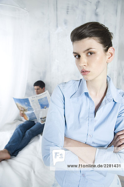 gelangweilt Frau blickt auf Mann