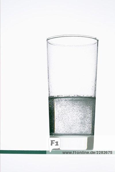 Tablette löst sich in einem Glas Wasser auf  fully_released