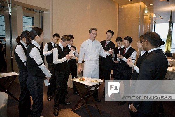 Die zweite Chef Vorbereitung heute Abend Abendessen mit Mitarbeiter ´Beige´ trendiges Restaurant im Besitz von Alain Ducasse im Ginza gemeinsam mit Chanel in ihre Gebäude David Bellin Küchenchef Tokyo Japan